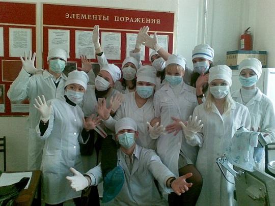 studencheskie-foto-medikov-devchonok-siskastie-sadyatsya-na-prosto-gigantskiy-her