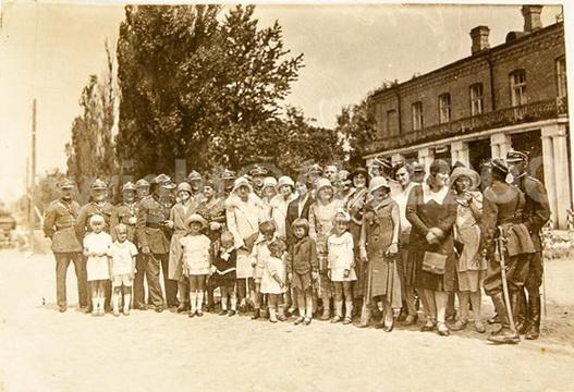 Жаўнеры 79-га пяхотнага палка ў Слоніме з членамі сям'і, 1930 год