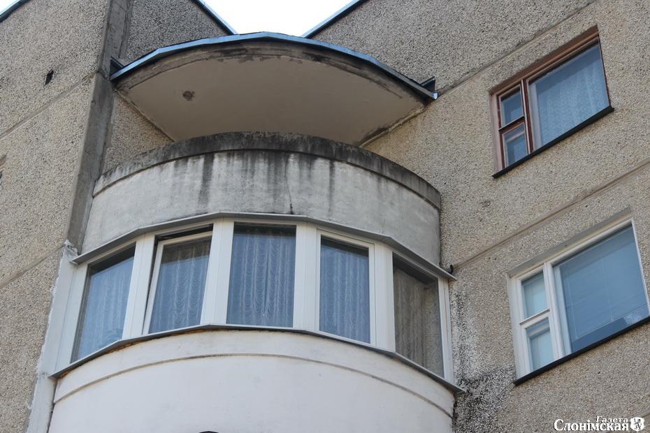Козырька на 5-м этаже нет, поэтому вода проникает на балкон