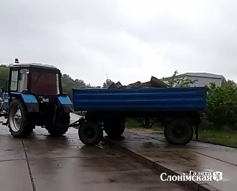 Трактар вывозіць груз з будоўлі на Энцы