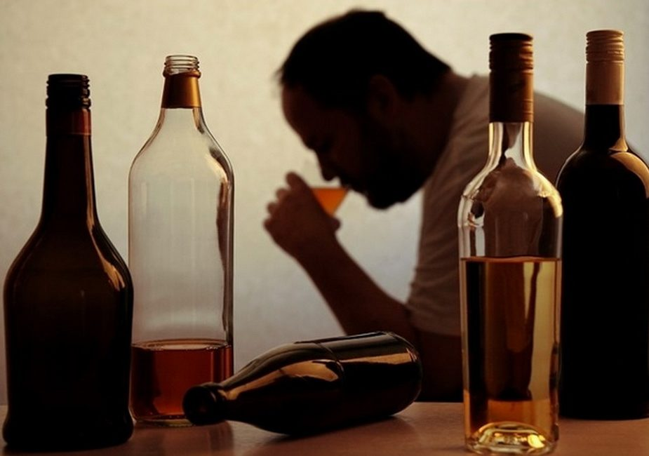 алкоголь,мужчина,бутылки