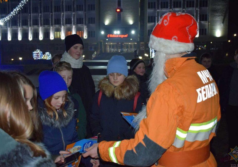 Дед Мороз-спасатель и Снегурочка.