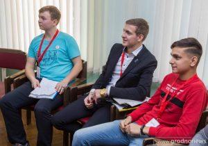 Михаил Хасанов (в центре)
