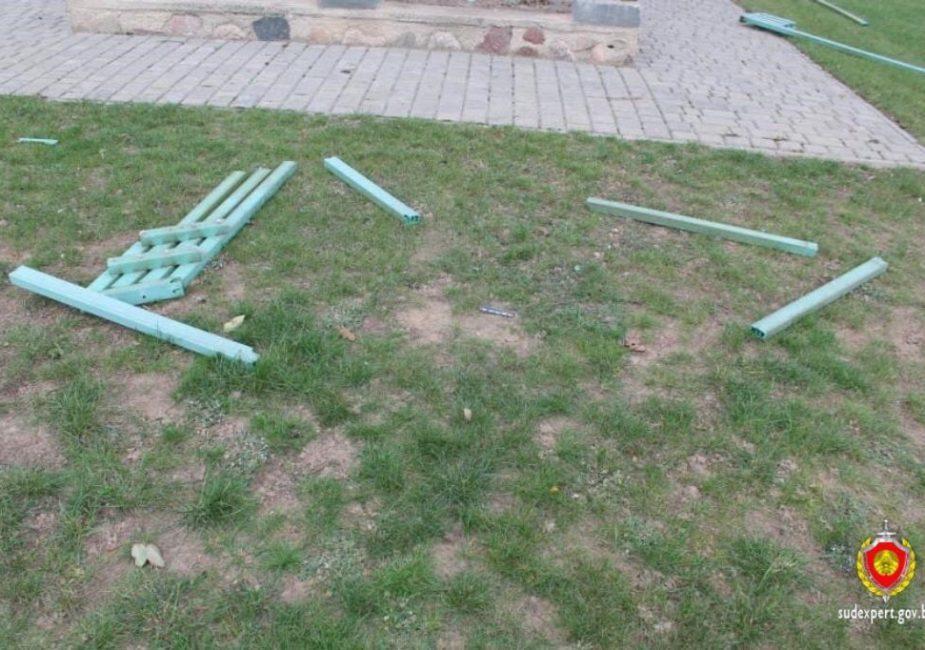 разбитая скамейка, во дворе костёла, в Островце