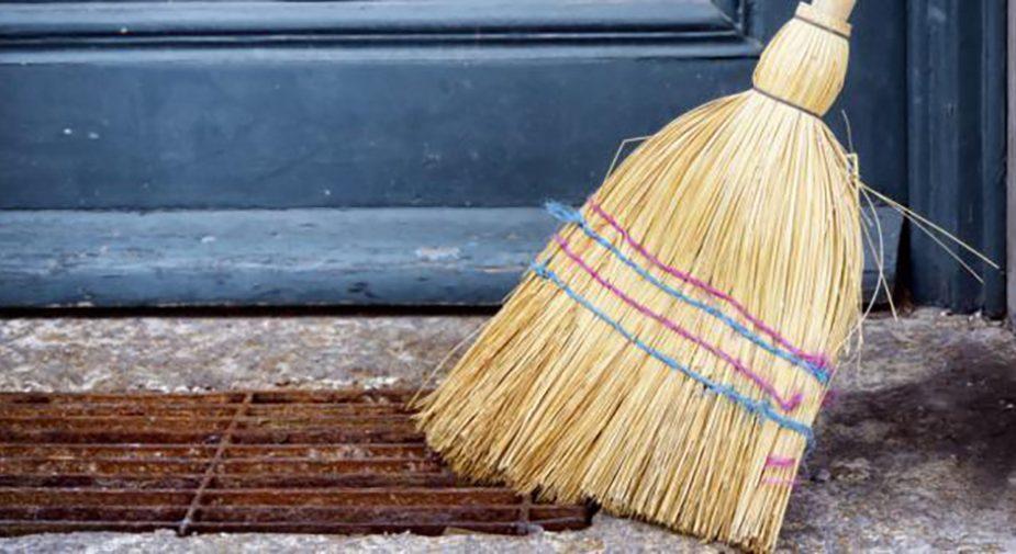 Приметы и суеверия: почему нельзя давать веник соседям