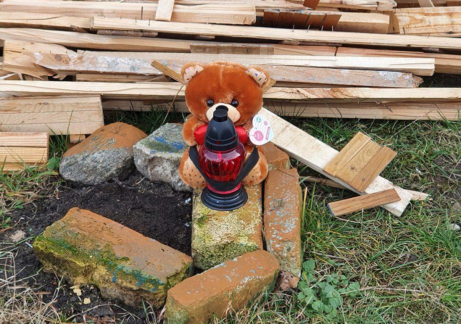 На месте гибели девушки в Слониме появилась лампадка и мягкая игрушка