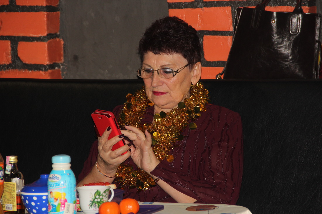 бабушка в телефоне