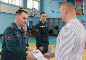 Юрий Русенко получает награду.