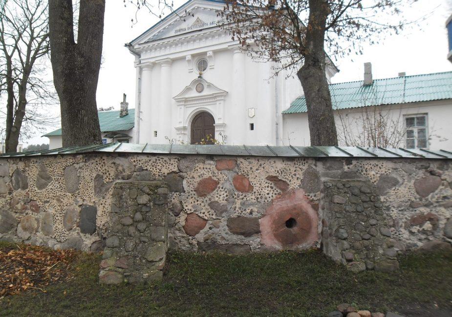 жернов в монастырской стене