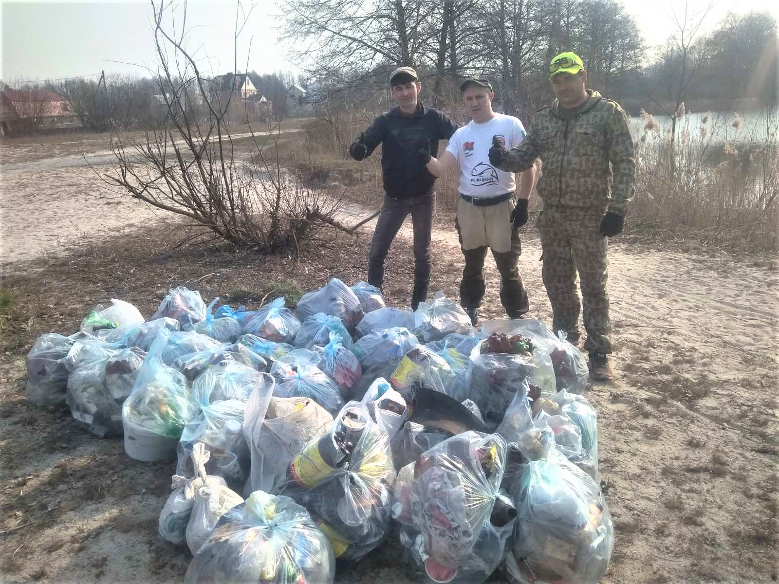 Слонимские рыбаки собрали мусор на берегу Лобазовского озера