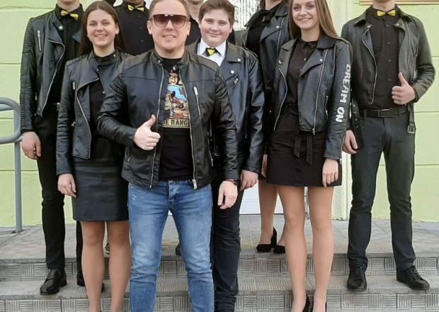 """Команда """"Пушка"""" и ее руководитель Максим Антонов."""