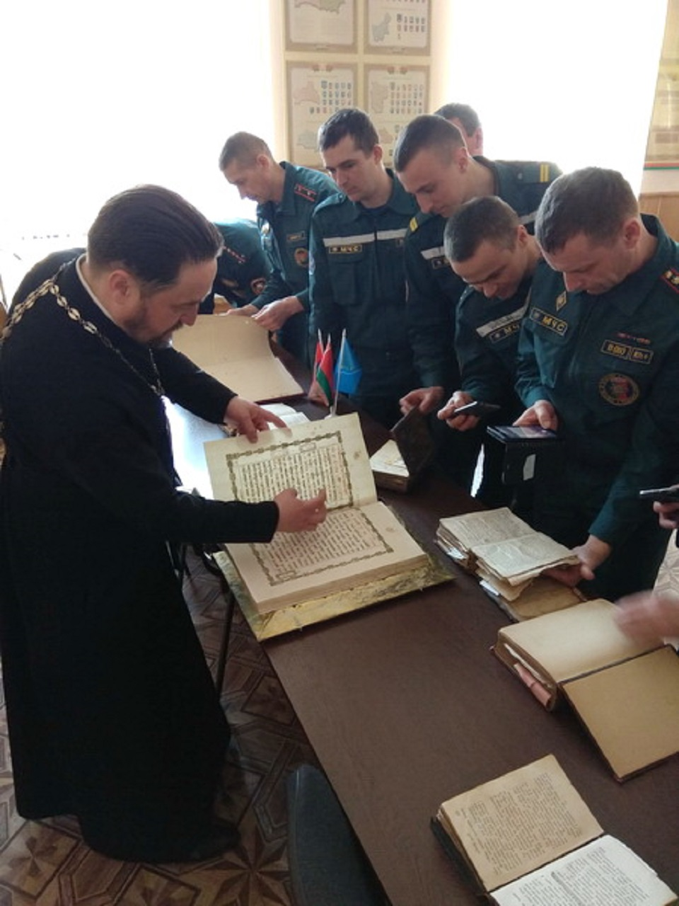 Спасатели смотрят книги