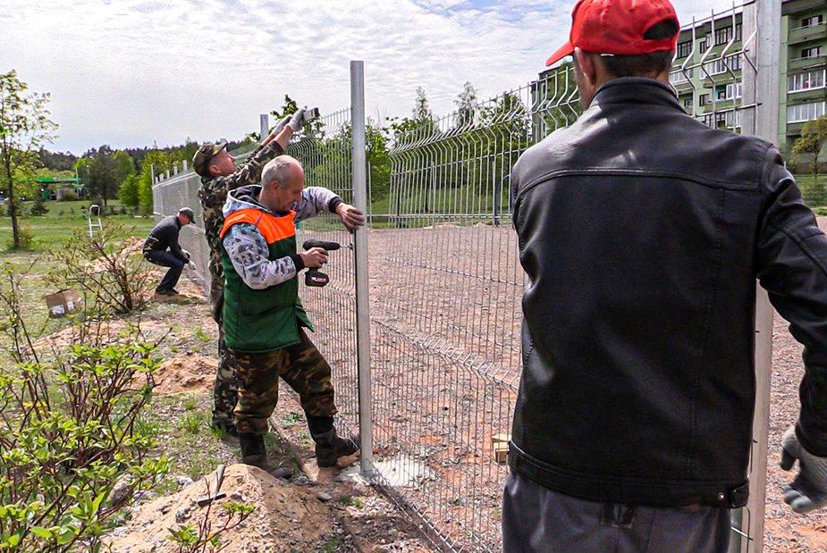 Слонимчане обустраивают футбольную площадку на Энке