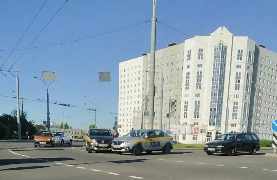 ДТП в Гродно: на кольце встретились автомобили такси