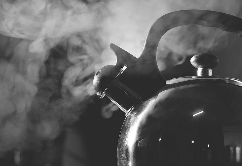В Гомельской области директор школы «помочился» в чайник коллеге