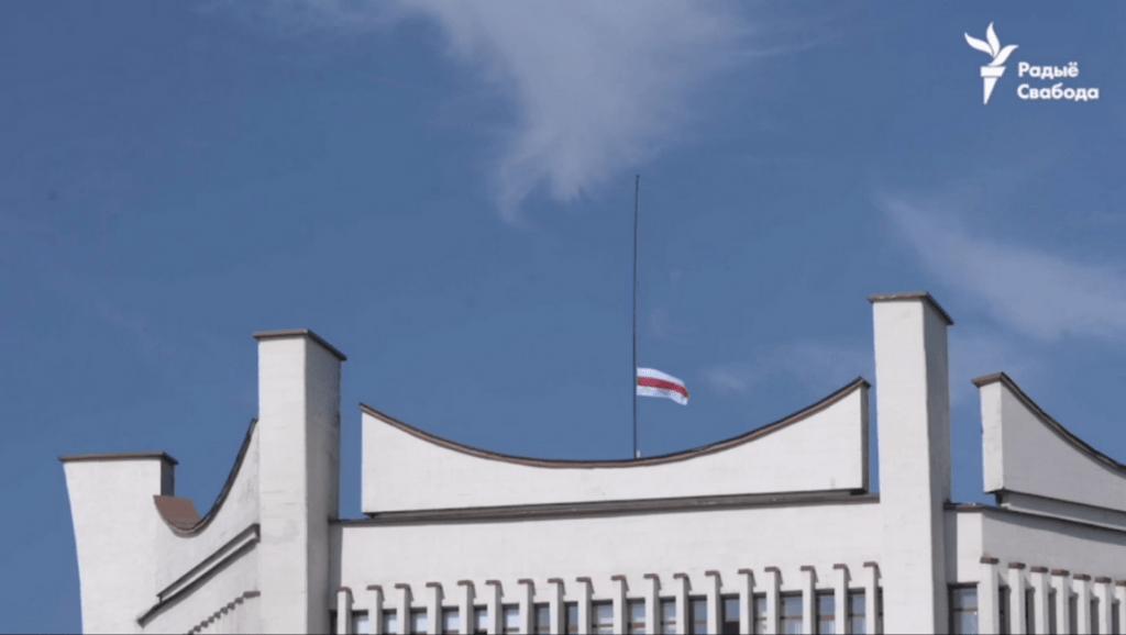 Фотофакт: над Гродненским драмтеатром подняли БЧБ