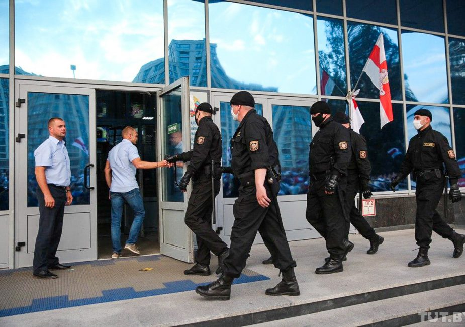 Сотрудники БТ бастуют у здания компании
