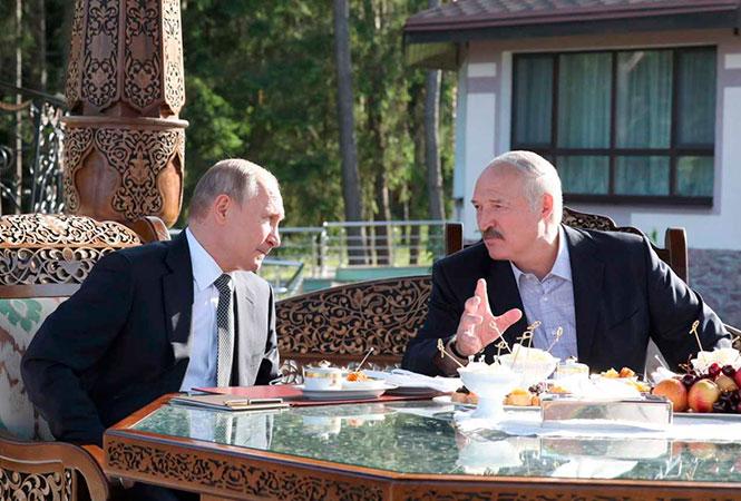 """ГосСМИ: """"Белорусы в добровольном порядке примут участие в третьем этапе испытаний вакцины от короновируса, произведенной в России"""""""