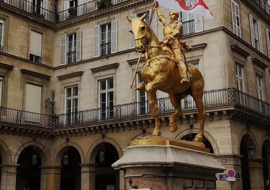 Жанна д'Арк стала белоруской. Посмотрите как преобразилась одна из центральных парижских скульптур
