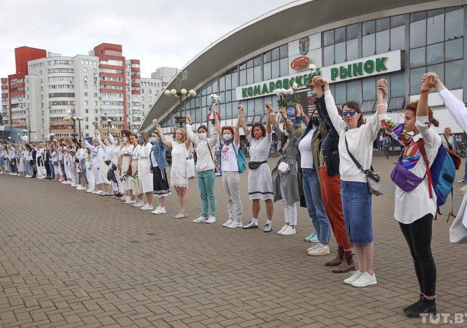В Минске девушки с цветами выстроились в цепь