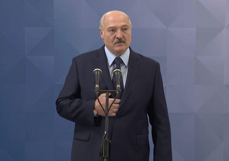 Лукашенко заявил, что не отдаст власть