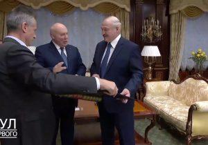 Лукашенко принял в подарок карту белорусских земель в составе Российской Империи от российского посла