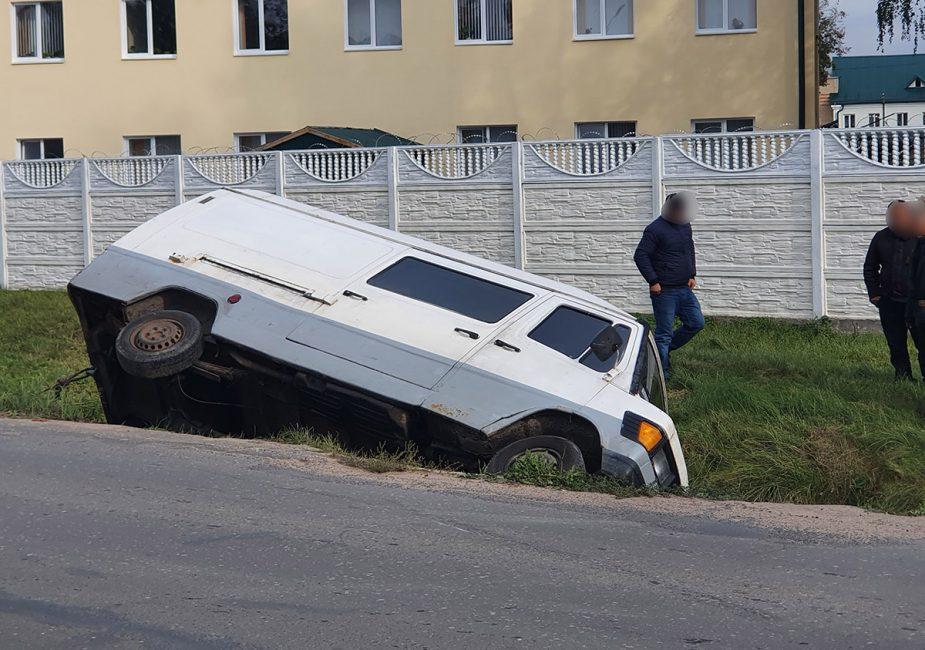 В Слониме микроавтобус «Мерседес» завалился в канаву