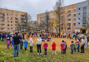Посольство США профинансировало строительство детской площадки в Слониме