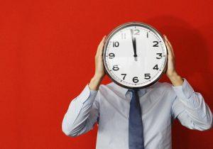 Расчетная норма рабочего времени на 2021 год при полной норме его продолжительности составит: для пятидневной рабочей недели с выходными днями в субботу и воскресенье – 2050 часов; для шестидневной рабочей недели с выходным днем в воскресенье – 2031 часов. Справочно: В 2021 году количество рабочих часов при шестидневной рабочей неделе меньше, чем при пятидневной. Основная причина данной разницы заключается в том, что в 2021 году, четыре нерабочих праздничных дня (2 января, 1 мая, 3 июля и 25 декабря) пришлись на субботу. Такая же ситуация складывалась, например, в 2009, 2010, 2015 и 2020 годах. Данная расчетная норма рабочего времени установлена исходя из полной нормы продолжительности рабочего времени 40 ч в неделю и только для указанных режимов работы. В организациях с иными режимами работы, наниматель самостоятельно рассчитывает расчетную норму рабочего времени календарного года с соблюдением норм статей 112–117 ТК и своим локальным правовым актом устанавливает на соответствующий календарный год ее величину, которая будет являться для работников организации полной нормой продолжительности рабочего времени.
