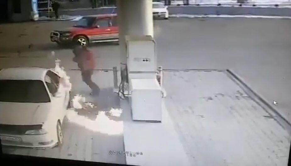 Мужчина решил подсветить зажигалкой бензобак автомобиля. Произошло возгорание