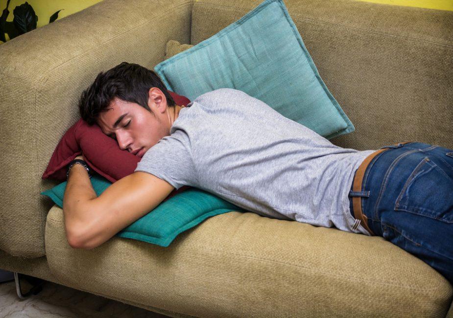Почему врачи не рекомендуют спать на животе