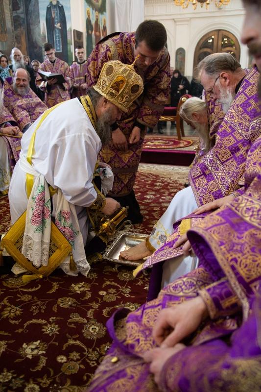 Архиепископ Гурий омыл ноги 12 священнослужителям