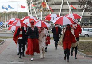 красно-белые зонты