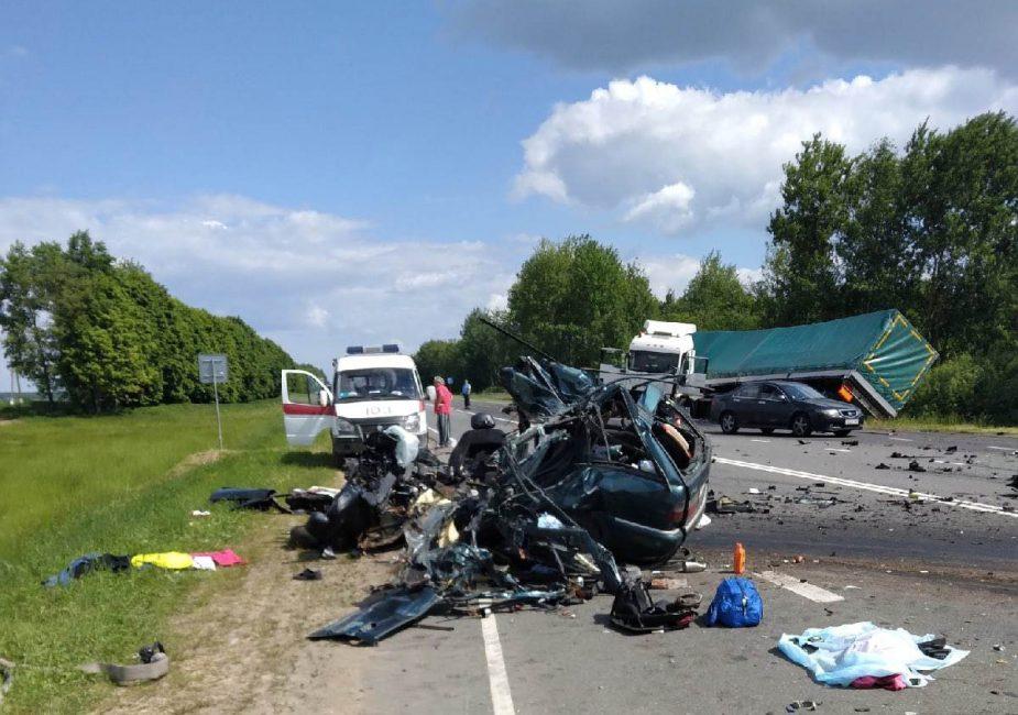 Четверо погибших: женщина на легковом автомобиле при обгоне врезалась в фуру