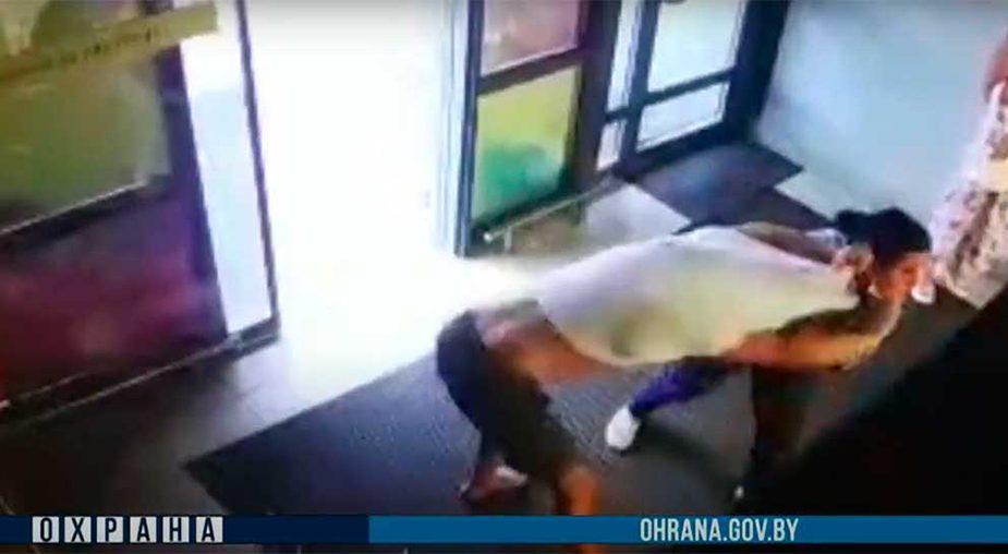 Видео: в Могилеве покупатель сцепился с сотрудницей охраны, пытаясь убежать из магазина с полной корзиной продуктов