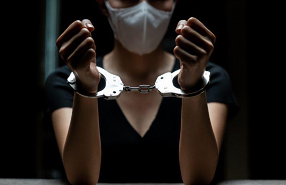 Девушка пырнула ножом мужчину, а он сделал ей предложение в зале суда