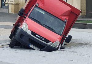 В Киеве грузовик провалился в городской фонтан